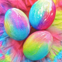 Βάφουμε εναλλακτικά αυγά, χρησιμοποιώντας χαρτί κουζίνας.