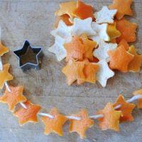 Χριστουγεννιάτικα στολίδια από φλούδες πορτοκαλιού.